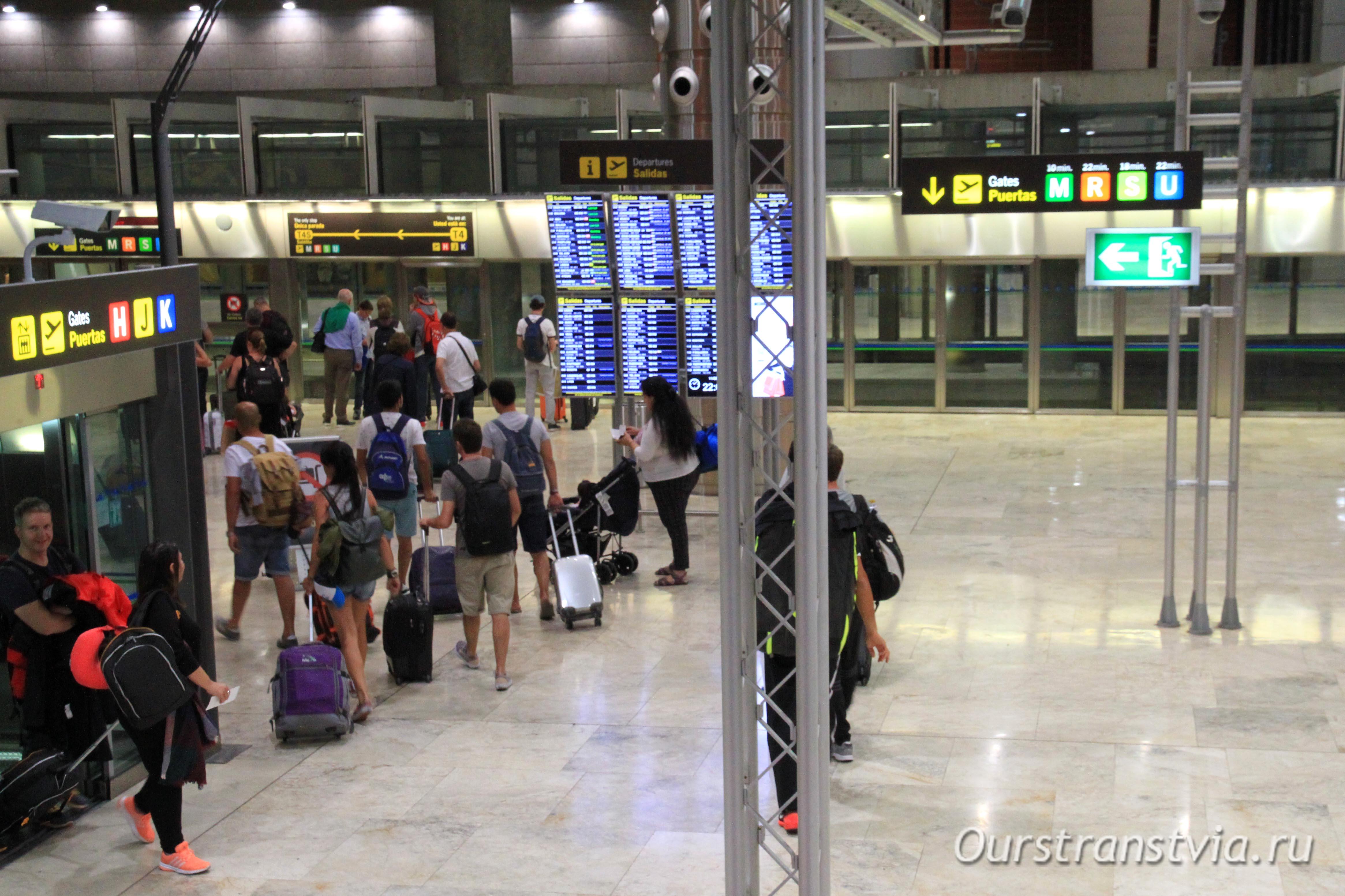 Переход между терминалами T4S и T4, спускаемся к поезду